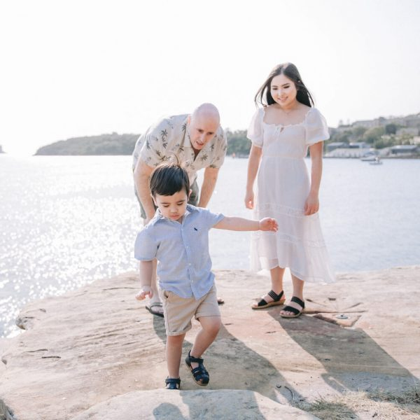 Balmoral Beach Family Photography Kat Rollings photography wide shot of family on the rock with ocean behind